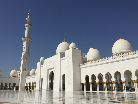 アブダビ シェイクザイードグランドモスクの行き方は?服装も