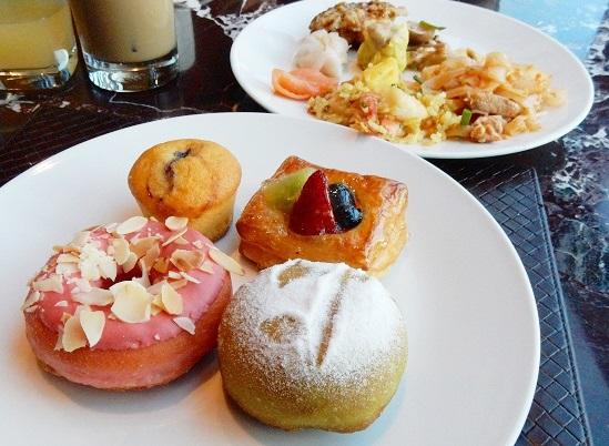 ルネッサンスバンコクの朝食ビュッフェで海老チャーハンとパッタイを。