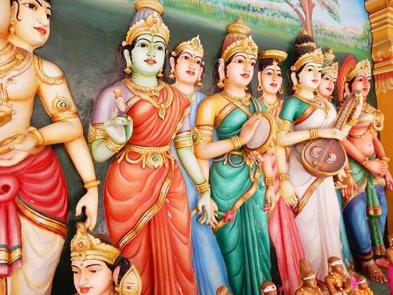 スリ マハ マリアマン寺院はとにかく目がチカチカするくらいカラフルだった!